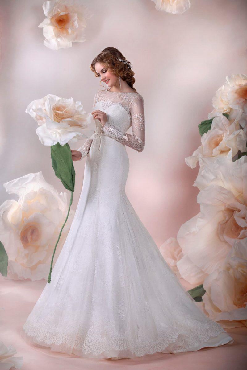 Закрытое свадебное платье с облегающим силуэтом «рыбка» с длинным шлейфом.