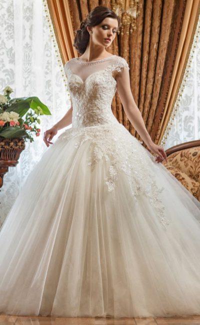 Свадебное платье с пышной многослойной юбкой.