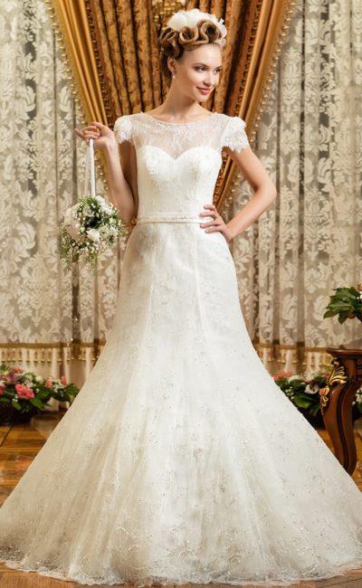 Свадебное платье силуэта «рыбка» с закрытым верхом и с высоким вырезом.