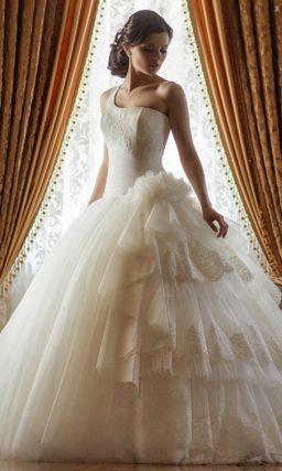Свадебное платье с оригинальным кроем юбки.