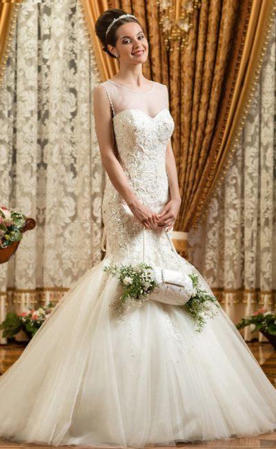Свадебное платье силуэта «русалка» с открытым лифом «сердечко» и выразительной вышивкой.