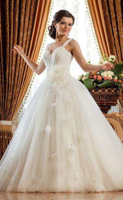 Пышное свадебное платье с оригинальным лифом.