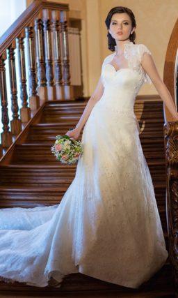 Свадебное платье с открытым декольте сердечком и с болеро.