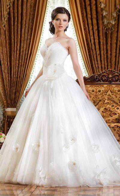 Свадебное платье с открытым лифом в форме сердца.