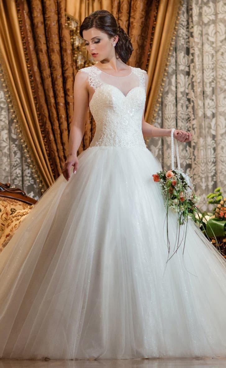 Свадебное платье с закрытым верхом и с оригинальным оформлением спинки из полупрозрачной ткани.