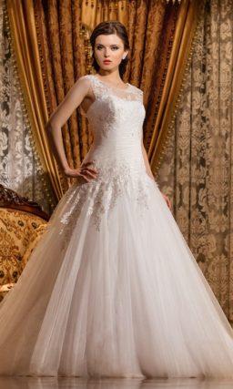 Свадебное платье с отделкой из драпировок и кружевных аппликаций.