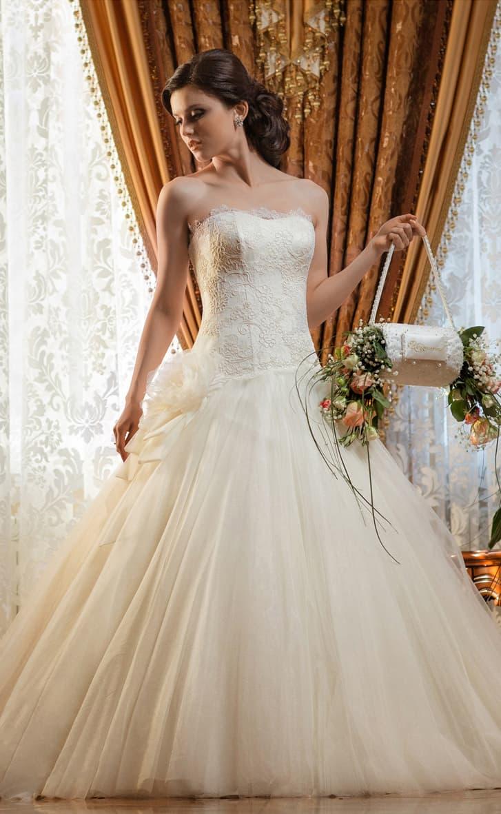 Романтичное свадебное платье с объемным бутоном на талии и кружевным корсетом.