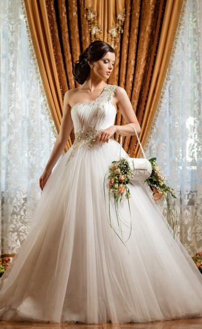 Пышное свадебное платье с асимметричным верхом и элегантным шлейфом.
