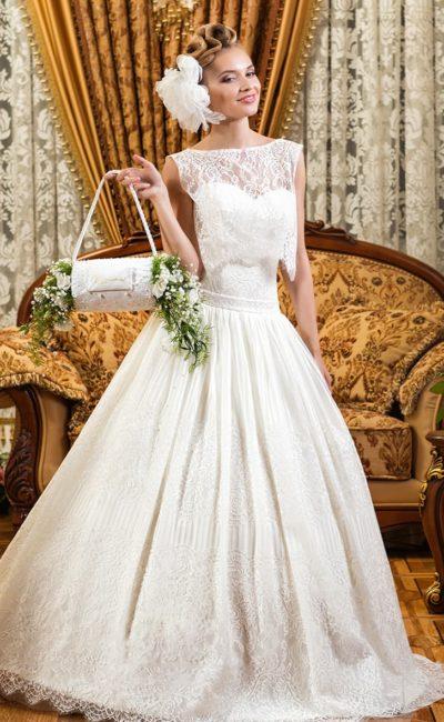 Пышное свадебное платье с асимметричным верхом и серебристой вышивкой.