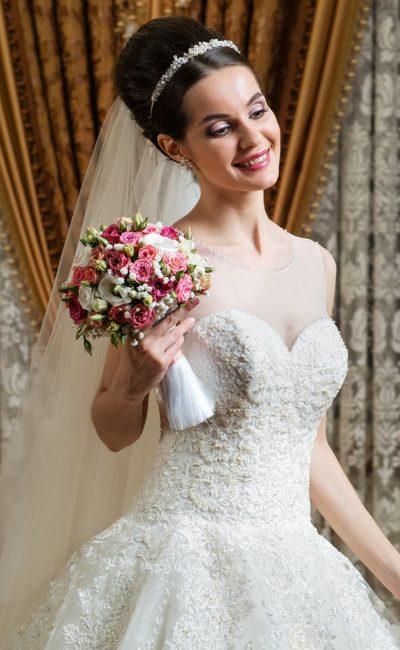 Пышное свадебное платье с объемной романтичной вышивкой крупным бисером.