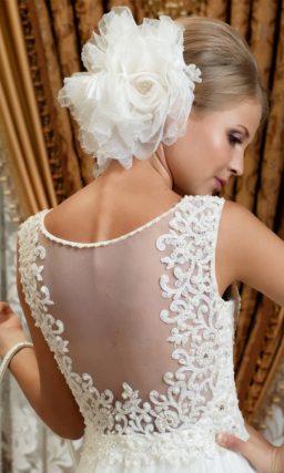Пышное свадебное платье с ажурной отделкой и полупрозрачной вставкой на спинке.