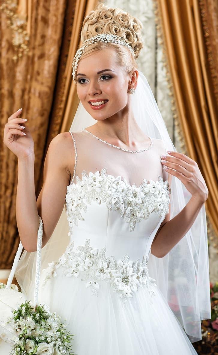 Пышное свадебное платье с декором из объемных бутонов на талии и на лифе.