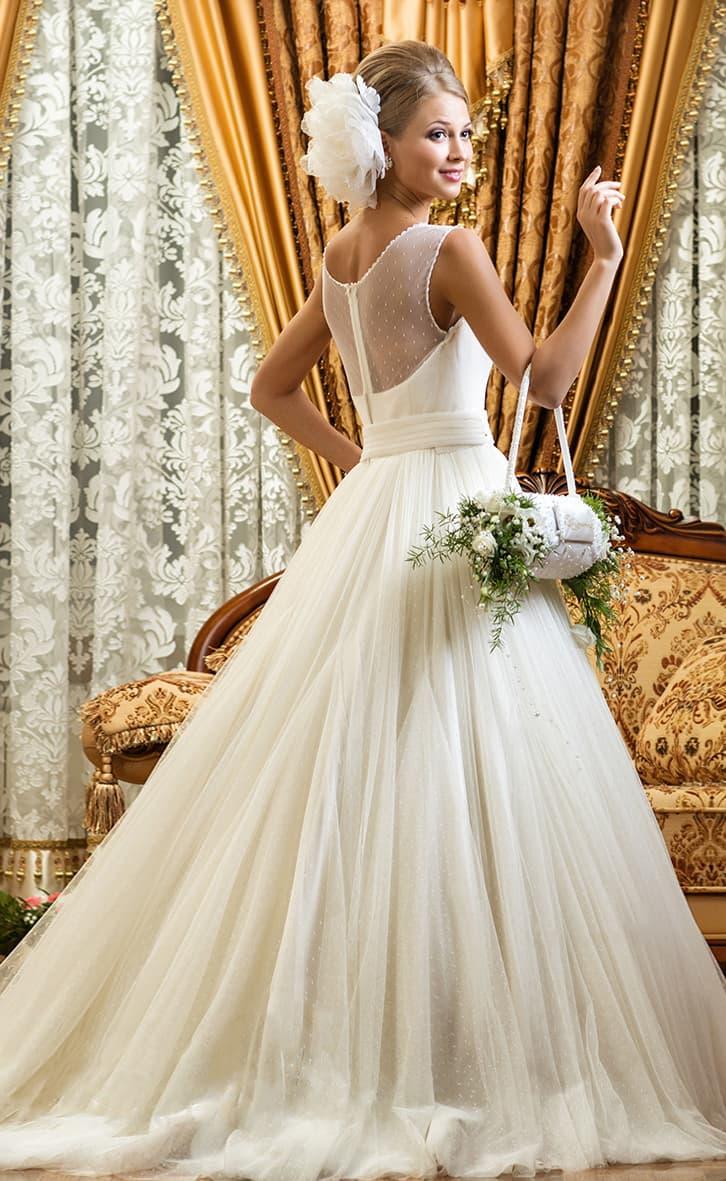Роскошное свадебное платье силуэта «принцесса» с многослойной юбкой и широким поясом.