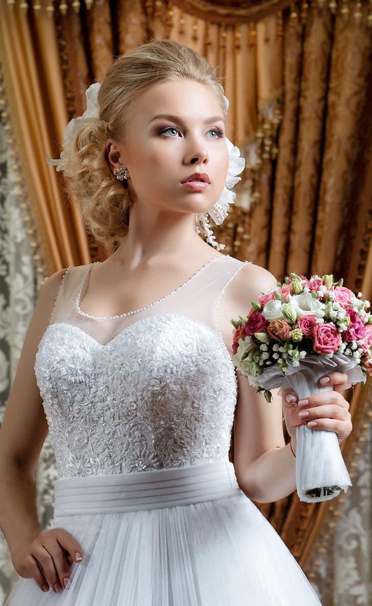Пышное свадебное платье с бисерным декором лифа и широким атласным поясом.