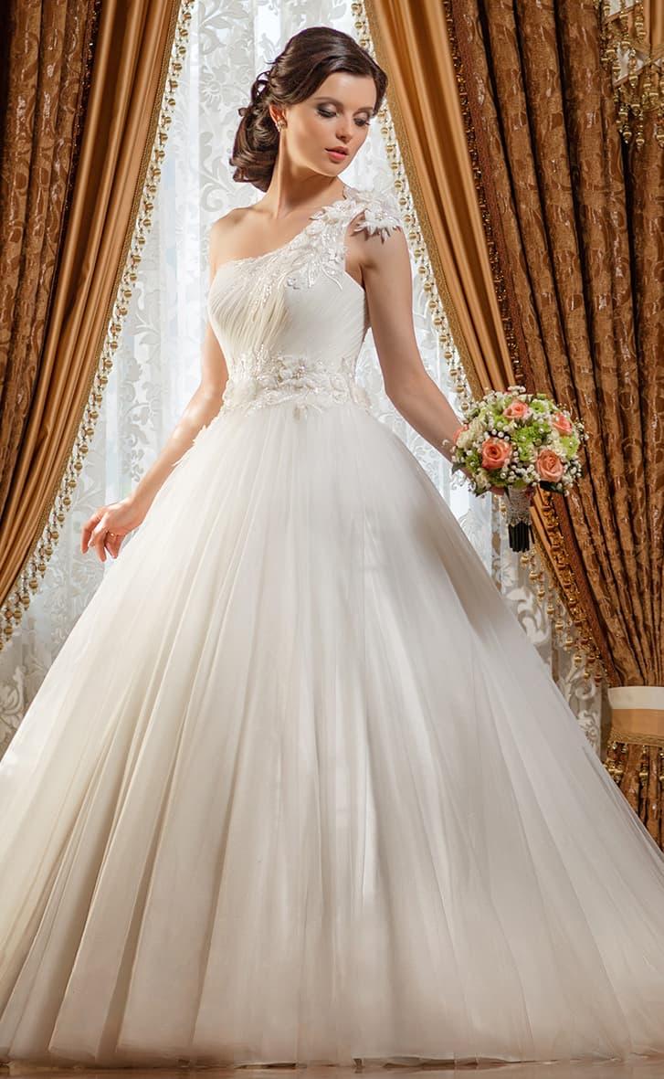 Пышное свадебное платье с асимметричной бретелькой, украшенной объемными бутонами.