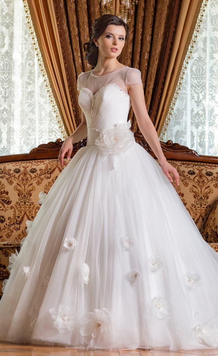 Закрытое свадебное платье пышного силуэта с декором из крупных объемных бутонов.