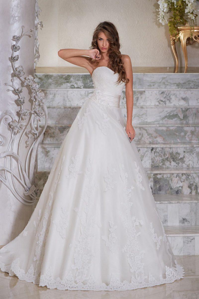 Открытое свадебное платье силуэта «принцесса» с широким атласным поясом на талии.