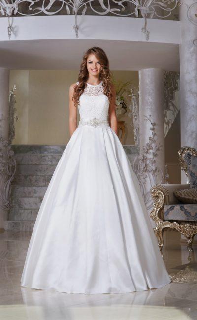 Пышное свадебное платье с атласной юбкой и ажурной вставкой над лифом.