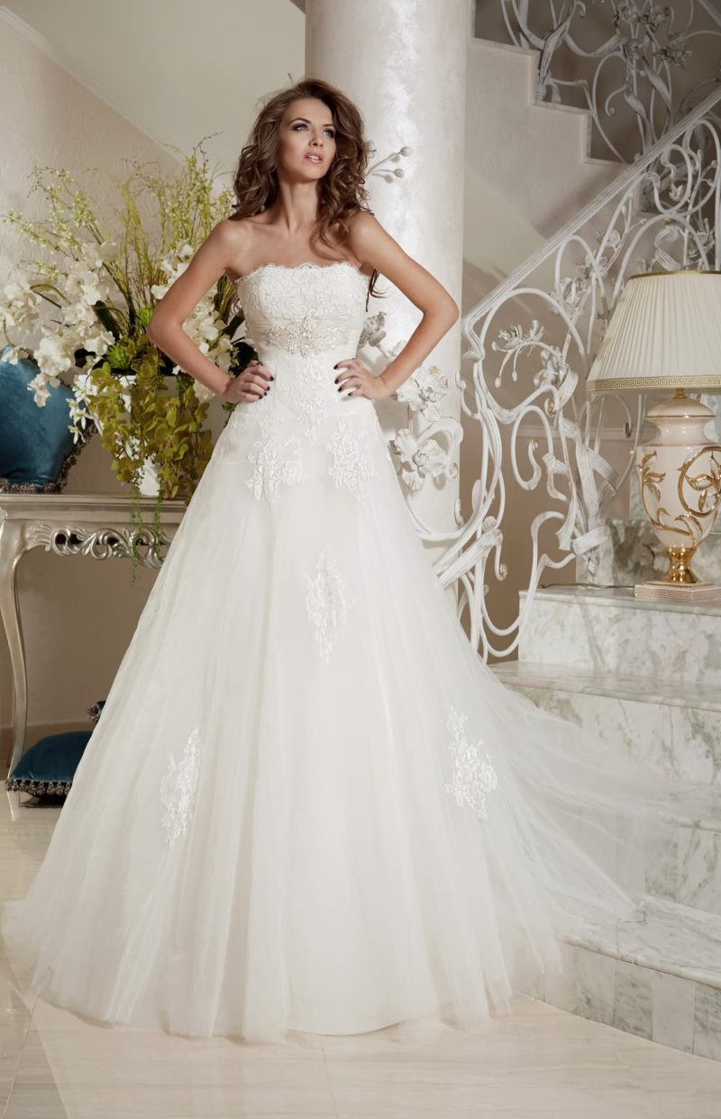 Свадебное платье с открытым корсетом с фигурным вырезом.
