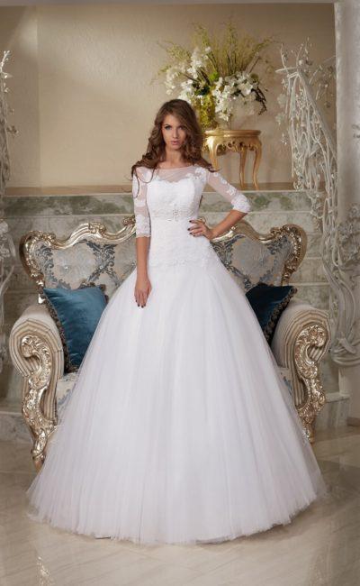 Пышное свадебное платье с рукавами чуть ниже локтя и вырезом на спинке.