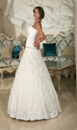Открытое свадебное платье с драпировками по корсету и заниженной линией талии.