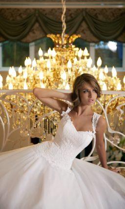 Пышное свадебное платье с кружевным корсетом и широкими бретелями.