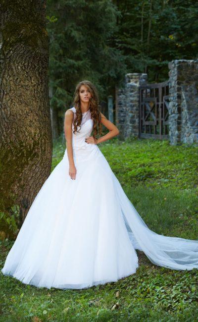 Пышное свадебное платье с длинным полупрозрачным шлейфом и кружевным лифом.