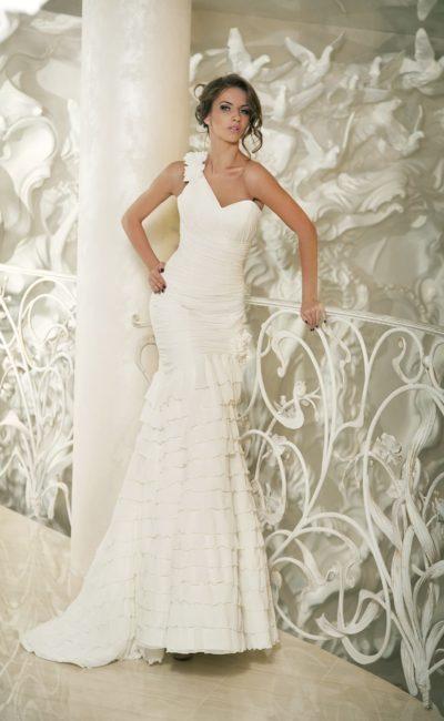 Свадебное платье силуэта «рыбка» с декором из оборок по всему подолу.
