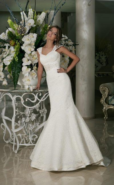 Свадебное платье с силуэтом «рыбка», покрытое кружевом от лифа до подола.