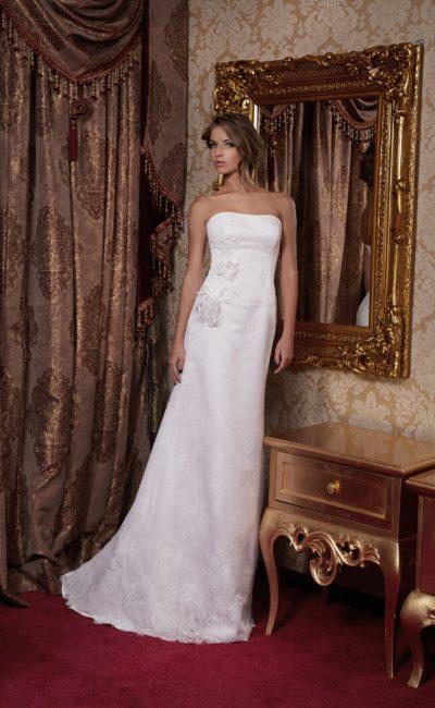 Лаконичное свадебное платье с прямым силуэтом и декором из объемных бутонов.