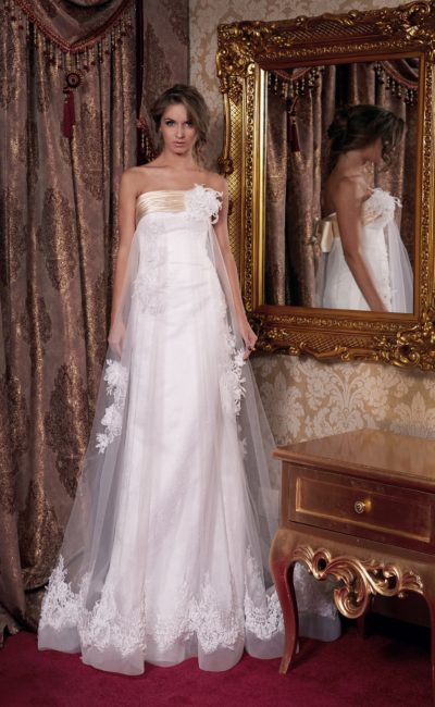 Открытое свадебное платье с прямым силуэтом и пышным полупрозрачным верхом.