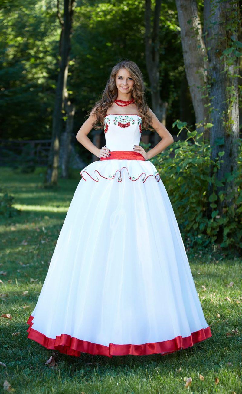 Оригинальное свадебное платье с пышным силуэтом и цветной вышивкой по лифу.