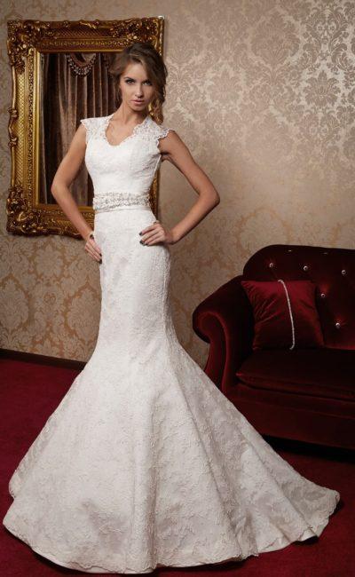 Свадебное платье силуэта «рыбка», по всей длине оформленное плотной кружевной тканью.