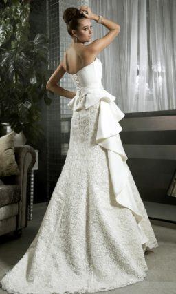 Свадебное платье силуэта «принцесса» с атласными оборками и кружевным декором.