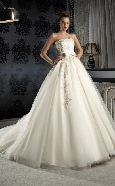 Открытое свадебное платье пышного силуэта с кружевным корсетом и поясом с бантом.