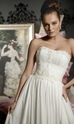 Ампирное свадебное платье с драпировками и вышивкой на лифе и корсете.