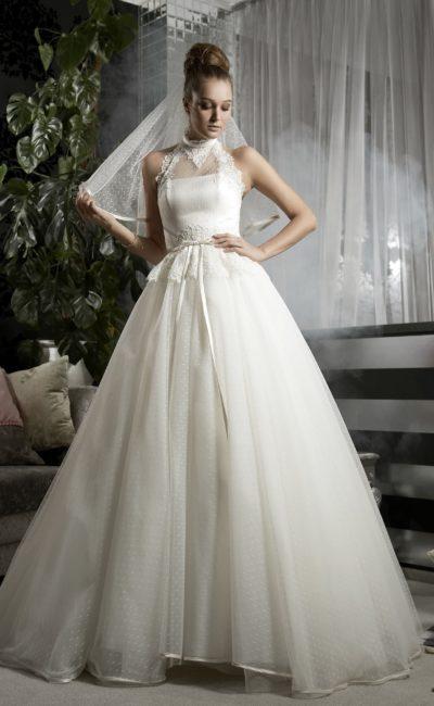 Пышное свадебное платье с узким атласным поясом и американской проймой.