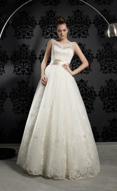 Пышное свадебное платье с кружевным декором подола и широким атласным поясом.