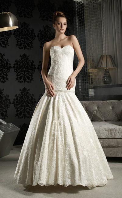 Свадебное платье силуэта «рыбка» с кружевной отделкой и складками по подолу.