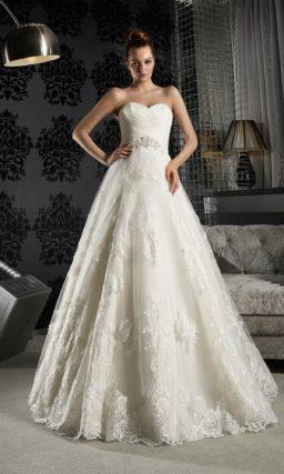 Открытое свадебное платье силуэта «принцесса» с С широким бисерным поясом и юбкой из кружева.