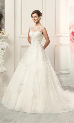 Закрытое свадебное платье с силуэтом «принцесса» и длинным полупрозрачным шлейфом.