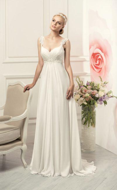 Изящное свадебное платье в ампирном стиле с широкими кружевными бретелями.