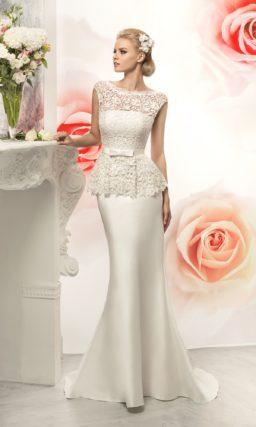 Свадебное платье силуэта «рыбка» с кружевным верхом и пышной баской.