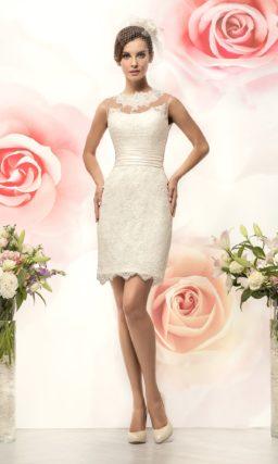 Короткое свадебное платье «футляр» с юбкой с фигурным краем и широким поясом с драпировками.