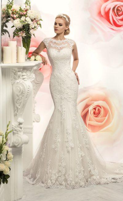 Кружевное свадебное платье силуэта «рыбка» с закрытым верхом.