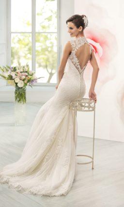 Ажурное свадебное платье силуэта «рыбка» с широкими бретелями и вырезом на спинке.