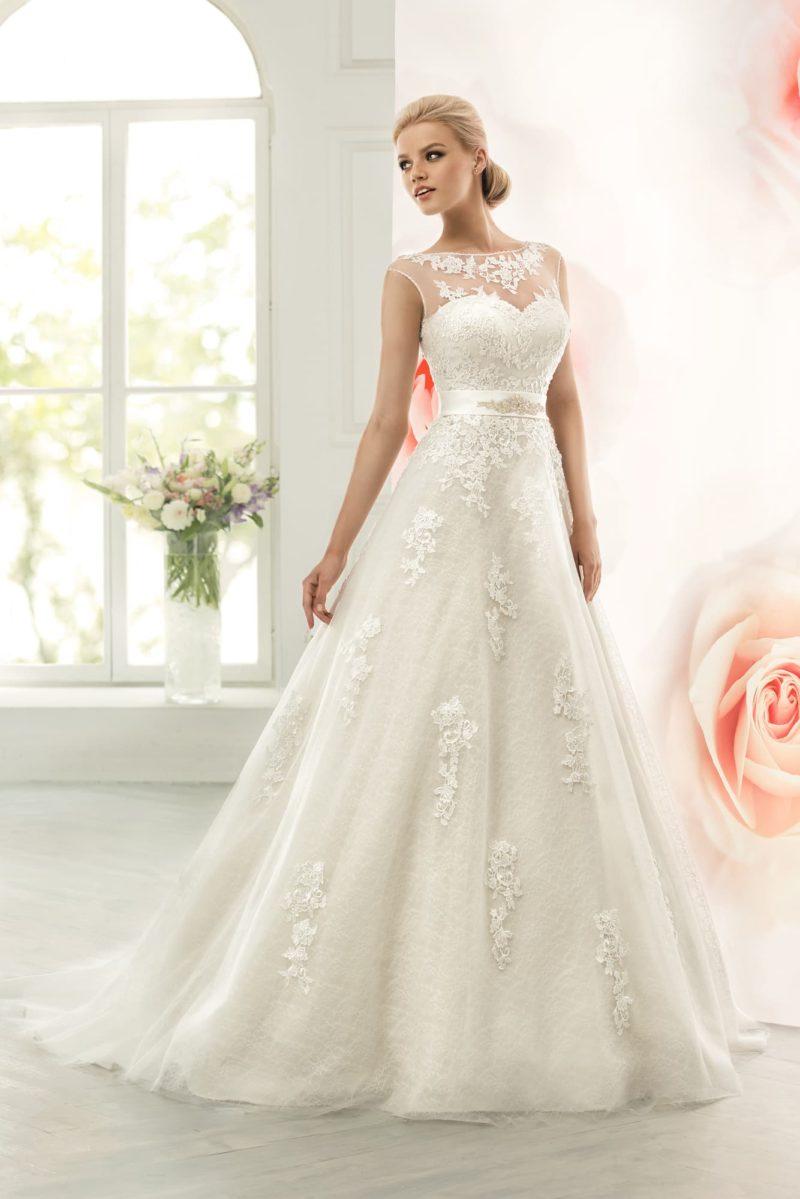 Закрытое свадебное платье силуэта «принцесса» с поясом из расшитого атласа.