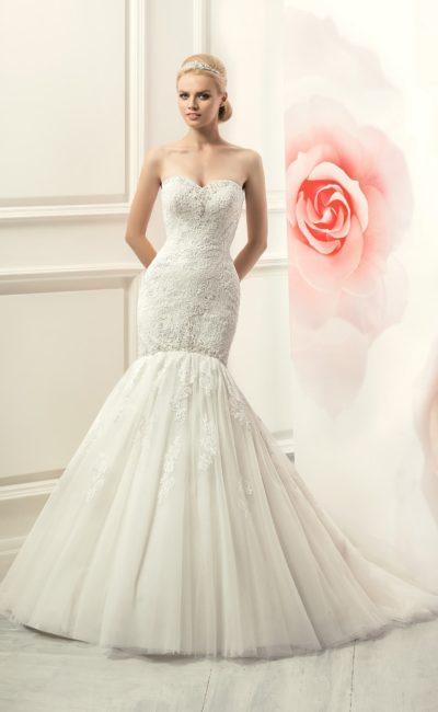 Открытое свадебное платье «рыбка» с кружевной отделкой по всей длине.