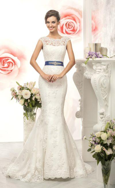 Кружевное свадебное платье силуэта «рыбка» с цветным атласным поясом.