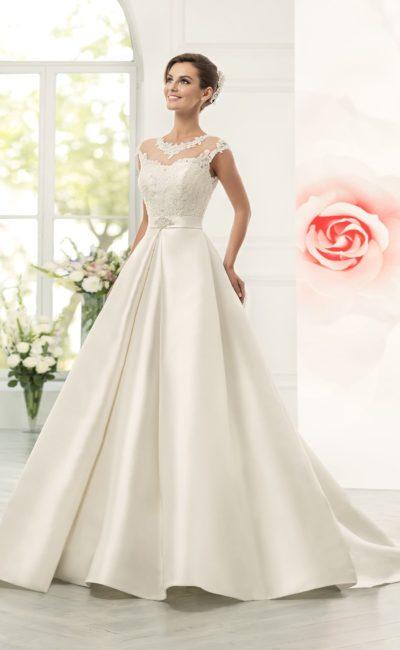 Атласное свадебное платье «принцесса» с узким поясом и кружевным декором лифа.